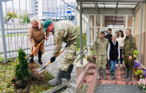Высадка туй сотрудниками ЦНИИКИВР на территории Республиканского центра экологии и краеведения